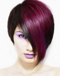 Оригинальная укладка эмо прически для черных волос с косой челкой фиолетового цвета