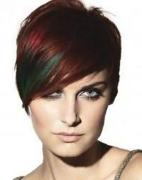 Эмо стрижка для коротких волос красного оттенка с косой челкой