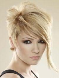 Женская креативная стрижка с удлиненной челкой для коротких волос