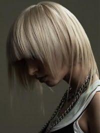 Креативная стрижка каскад с рваной челкой для средних волос пепельного цвета