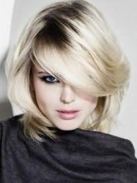 Эффектная стрижка каскад для густых средних волос пепельного цвета
