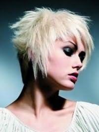 Стрижка каскад с косой челкой для тонких волос средней длины