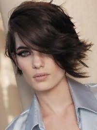 Эффектная стрижка каскад для густых волос средней длины