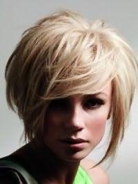 Объемная стрижка каскад с челкой для средних волос и квадратного типа лица