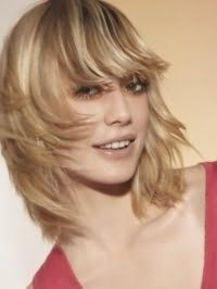 Стрижка каскад с прямой челкой для средних волос светло-русого цвета
