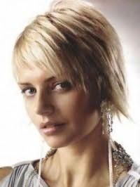 Ультрамодная стрижка каскад для волос средней длины светло-русого оттенка