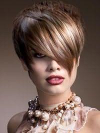 Модная стрижка каскад для коротких волос с удлиненной косой челкой и мелированием