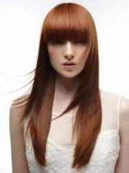 Длинные густые волосы темно-рыжего оттенка с прямой челкой и каскадной стрижкой хорошо будут сочетаться с макияжем в натуральных теплых тонах