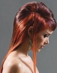 Стильная эмо прическа для длинных волос рыжего тона