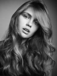 Красивая молодежная стрижка для девушек на длинные волнистые локоны
