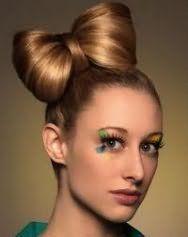 Стильный вариант прически гладкий бант из волос для длинных русых локонов
