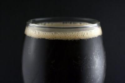 Приготовить шампунь на основе витамина вы можете самостоятельно, используя темное пиво