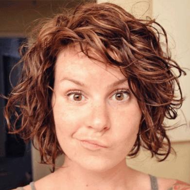 Такой эффект дает ручная укладка (пример на волосах средней длины)
