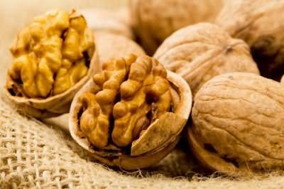 Для приготовления ореховой золы своими руками можно использовать не только скорлупу, но и перегородки грецких орехов