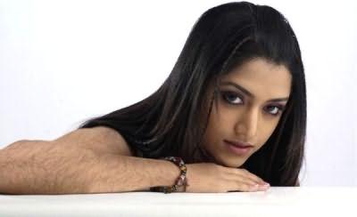 На фото: девушка с темными и густыми волосками на руках
