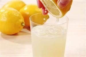Если не хотите удалять волоски, то высветлите их лимонным соком
