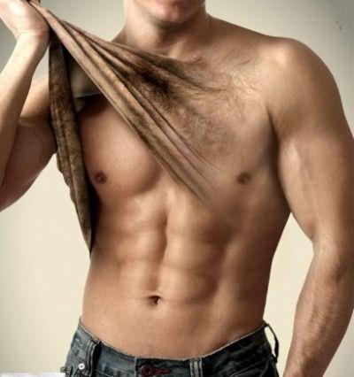 У мужчин наличие волос на груди является нормой, но при желании их удалить используются такие же методы