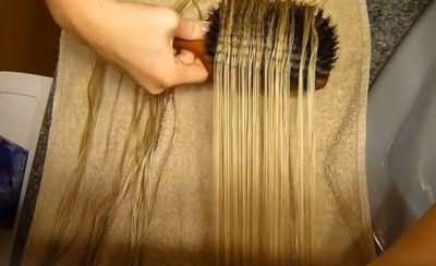 Поле мыться прядки следует сушить естественным путем без применения фена, предварительно бережно расчесав.