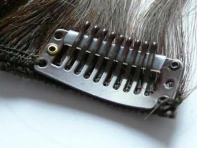Пряди на заколках из натуральных волос крепятся при помощи заколки с силиконовой прослойкой, что не позволяет им сползать вниз