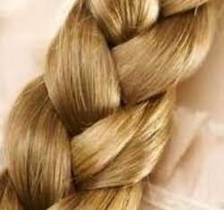 Обычная коса способна создать очаровательные завитки