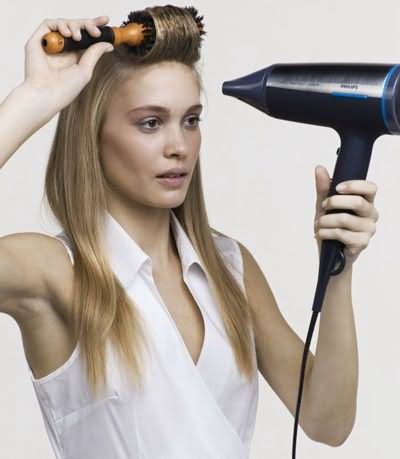 В этом вам поможет фен и крупная расческа-брашинг.
