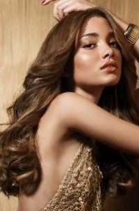 Темно-русый цвет волос на длинных крупных локонах отлично подойдет девушкам с теплым цветотипом внешности и будет гармонировать с легким макияжем в коричневых оттенках