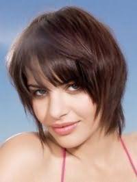 Вариант стрижки каскад для прямых волос тонкого типа хорошо смотрится с прямой челкой длиной до бровей и окрашиванием в шоколадный оттенок