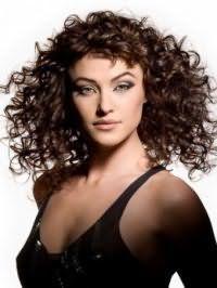 Обладательницам жестких кудрявых волос подойдет средний вариант стрижки, дополненной короткой челкой и укладкой с эффектом мокрых волос