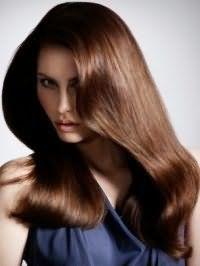 Шелковистые длинные волосы медно-шоколадного оттенка с объемной укладкой прекрасно смотрится в тандеме с макияжем, акцентирующим глаза, для светлой кожи и карих глаз