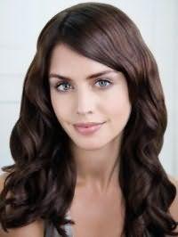 Длинные волнистые волосы цвета темный каштан дополнят повседневный макияж, состоящий из черной туши, румян естественного оттенка и бежевой помады