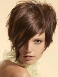 Стильная идея стрижки каскад с челкой на бок для прямых волос средней длины