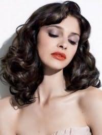 Модная стрижка для длинных вьющихся волос темного цвета