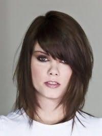Каскадный вариант креативной стрижки с челкой на бок для тонких длинных волос темно-каштанового цвета
