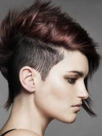 Стильная асимметричная стрижка с выбритыми висками на короткие волосы шоколадного цвета с колорированием гармонирует со светлой кожей и карими глазами