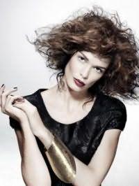 Женская креативная стрижка с удлиненной челкой для кудрявых длинных волос каштанового оттенка