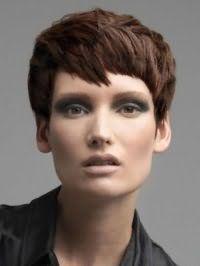 Стильный вариант рваной стрижки для коротких волос каштанового цвета