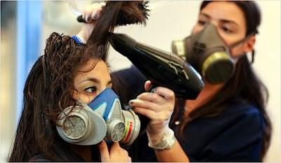 В процессе выпрямления лучше использовать маску, чтобы не вдыхать вредные испарения формальдегида