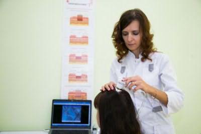 К какому врачу обратиться если выпадают волосы на голове у женщин