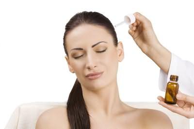 Самым эффективным считают лечение волос маслами.