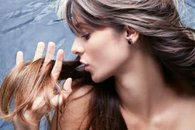 Для лечения ломких волос используйте домашние маски.