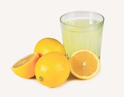 Кислоты, содержащиеся в лимоне, активно устраняют зелень локонов